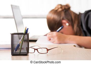 agotado, mujer, sueño, en el trabajo