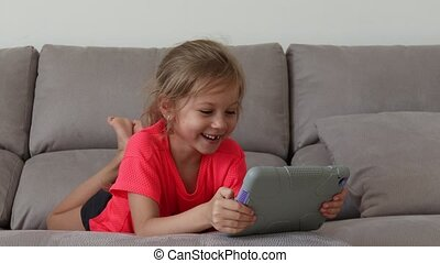 agréable, avoir, girl, salle, jouer, rigolote, heureux, tablette, enfant, amusement, home.