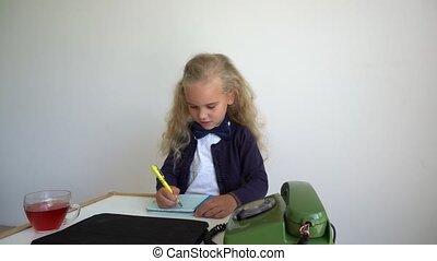 agréable, gimbal, secretary., enfant, téléphone., girl, retro, table, mouvement, jeu, asseoir