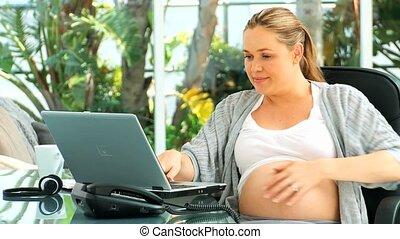 agréable, ordinateur portable, femme, pregnant