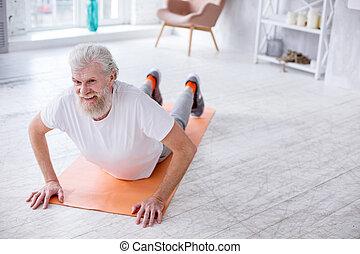 agradável, homem, arquear, seu, costas, enquanto, exercitar