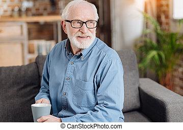 agradável, homem idoso, segurando, um, xícara café
