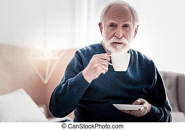 agradável, homem idoso, segurando, um, xícara chá
