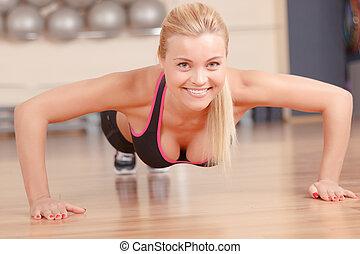 agradável, mulher, fazendo, empurrão, ups, em, ginásio