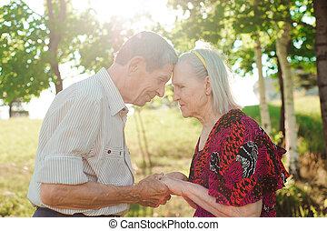 agradável, par ancião, em, um, verão, parque