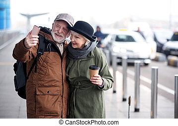 agradável, par velho, é, fazer, quadro, usando, telefone