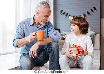 agradável, seu, encantado, avô, olhar, criança
