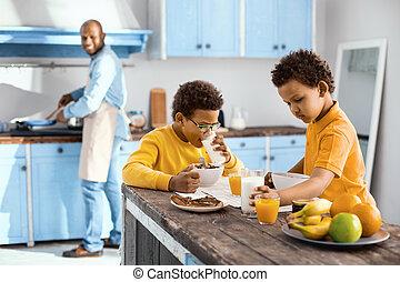 agradable, niños comer, desayuno, mientras, su, padre, cocina