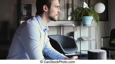 agrafé, séance, homme affaires, sérieux, jeune, mains, tendu, bureau