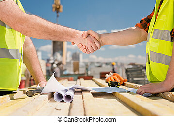 Agreement at a construction site - Hanshake seals an...