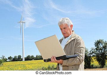 agronomist, laptop komputer, słoneczniki, pole