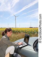 agronomist, noha, számítógép, alatt, mező, noha, sebesülés turbines