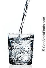 agua, el verter, en, un, vidrio, fondo blanco