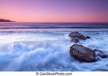 Agua en movimiento - Toma de agua en movimiento en la costa...