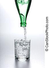 agua, fluir, de, botella, en, vidrio