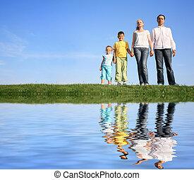 agua, pasto o césped, cielo, familia