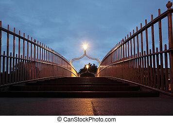 ah' puente centavo, en, night., ah' puente centavo, es, un, puente pedestre, construyó, 1816, encima, el, río liffey, en, dublín, ireland.
