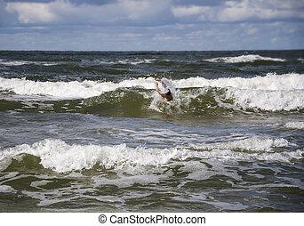 ahogo, hombre, en, mar, preguntar, para, ayuda, con, levantado, el suyo, arms.