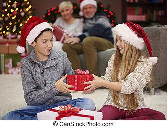 ahora, es, nuestro, vuelta, para intercambiar, el, regalos