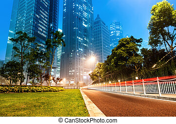 ahora, la ciudad, por la noche