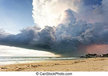 ahungalla, sandstrand, sri lanka, -, a, gigantisch, sturmwolke, oben, der, sandstrand, von, ahungalla