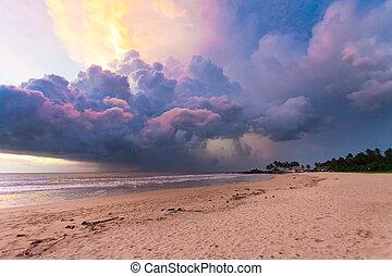 ahungalla, sandstrand, sri lanka, -, bunte, wolkenhimmel, und, licht, während, sonnenuntergang, strand, von, ahungalla