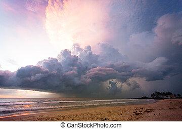 ahungalla, sandstrand, sri lanka, -, erleuchtet, wolkenhimmel, und, licht, während, sonnenuntergang, strand, von, ahungalla