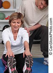 aidé, kinésithérapeute, femme, exercice, mûrir