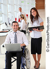 aide, fauteuil roulant, bureau, homme affaires