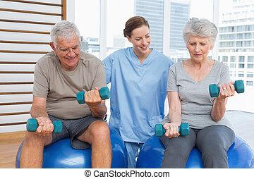 aider, dumbbells, couple, thérapeute, femme, personne agee