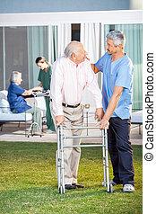 aider, gardien, pelouse, quoique, réconfortant, personne agee, lui, homme