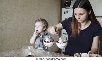 aides, enfant garçon, maman, préparation