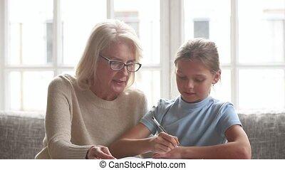 aides, petite-fille, ou, écolier, devoirs, précepteur, grand-mère, personnes agées