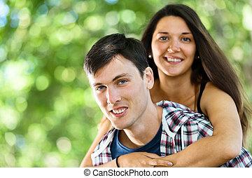 aimer couple, étreindre, dans parc