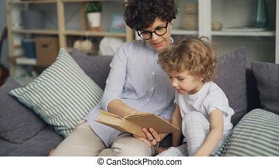 aimer, mère, enseignement, elle, fils, lire, tenue, livre, parler, sur, divan, chez soi
