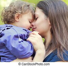aimer, mère, tenue, petit, heureux, girl, et, sourire., closeup, portrait, figure, à, figure