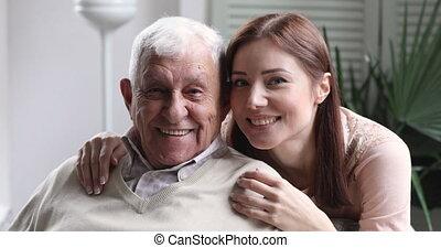 aimer, petite-fille, jeune, grand-père, sourire, portrait famille, étreinte, vieux