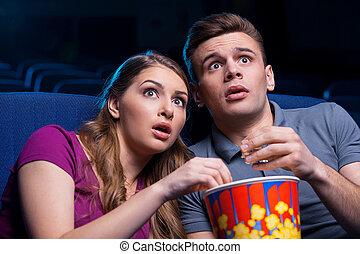 ainsi, scary!, couple, regarder, pop-corn, choqué, jeune, séance, cinéma, film, ensemble, manger, ceci, quoique