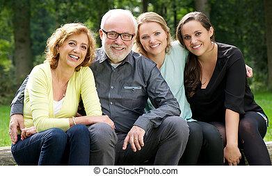 aire libre, padre, dos, madre, sonriente, hijas
