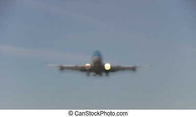 Airliner focussing and flying overh - This is some high...