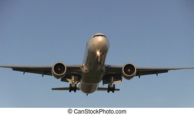 Airplane flying overhead - This is some high quality footage...