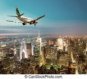 airplane zejście, w nocy, w, miasto nowego yorku
