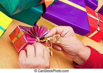 ajándékoz, closeup, polgár, beburkol, idősebb ember, ...
