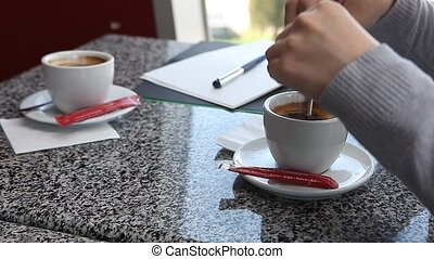ajouter, café, femme, sucre, mains, café