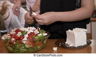 ajouter, rassemblement, elle, salade, fromage, sain, bol, femme, préparé, quoique, savoureux, fond, mains, cuisinier, amis, cuisine