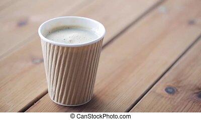 ajouter, tasse à café, sucre, main, remuer