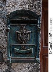 ajtó, beton- közfal, postaláda, háttér., erdő, zöld