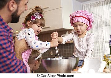 ajudando, cozinhar, pai, filhas