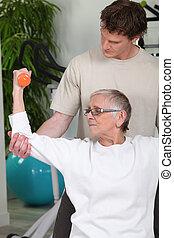 ajudando, exercícios, sênior, treinador, senhora