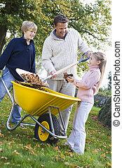 ajudando, folhas, pai, outono, cobrar, crianças